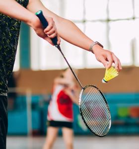 Badminton closeup serve 353x378 1